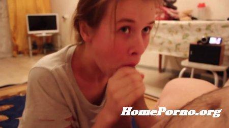 Русская девушка сосет хуй мужа дома