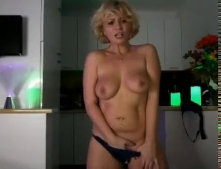 Зрелая красивая блондинка мастурбирует киску на веб камеру
