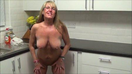 На домашнем видео голая жена на кухне