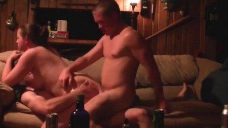 Муж трахает свою пышную жену вдвоем с другом двойным проникновением частное реальное порно видео