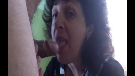 зрелая русcкая женщина делает минет