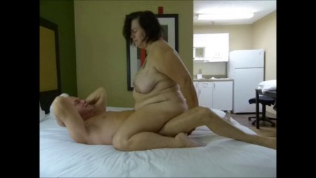 Зрелая толстушка скачет на члене седого мужа