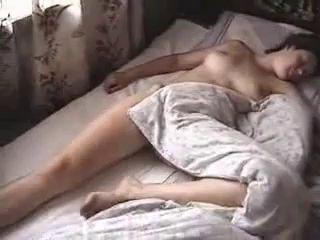 Жена спит голая