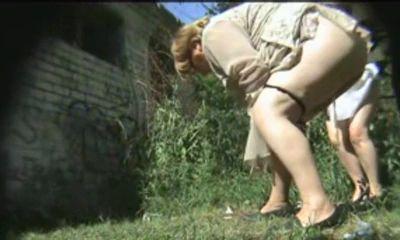 Зрелая писает в кустах видео на скрытую камеру