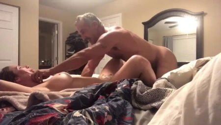 супруги уединились в спальне снимать свой секс